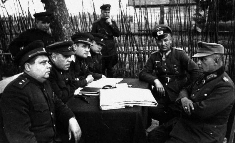 Маршал Советского Союза А.М. Василевский и генерал армии И.Д. Черняховский допрашивают пленных генералов Гольвинцера и Зитгера.