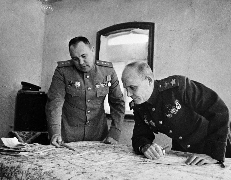 Начальник штаба фронта генерал-полковник Матвей Захаров (слева) и командующий 2-м Украинским фронтом Иван Конев изучают карту боевых действий.