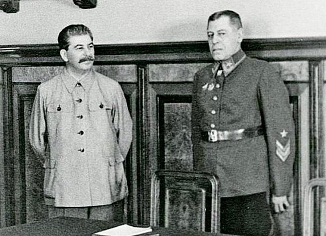 Иосиф Виссарионович Сталин разговаривает с начальником Генштаба РККА Борисом Михайловичем Шапошниковым.