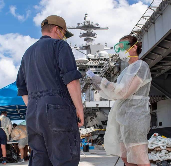 На борту атомного авианосца Theodore Roosevelt выявлены 840 инфицированных COVID-19.
