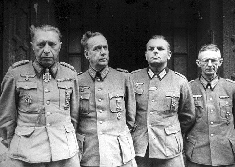 Начальник обороны Берлина генерал Гельмут Вейдлинг и офицеры его штаба после сдачи в плен.