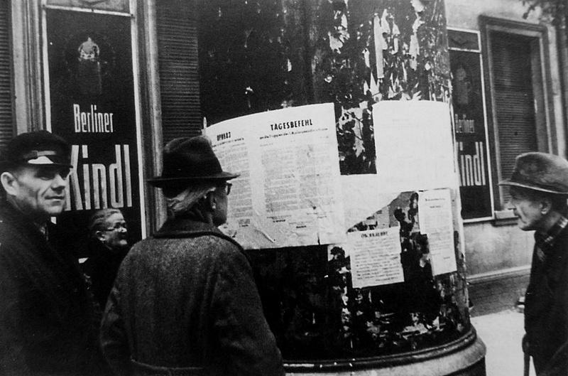 Жители читают приказ №1 советского военного коменданта Берлина.