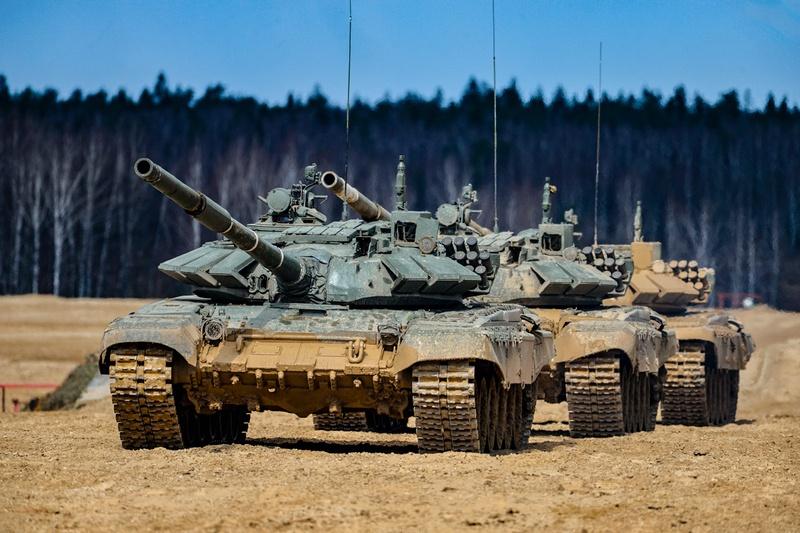 Наша армия хорошо укомплектована такими проверенными временем и боями боевыми машинами, как Т-72, Т-80 и Т-90.
