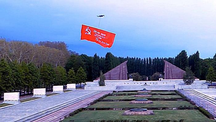 Знамя пролетело над центральным мемориалом и братскими могилами советских воинов.
