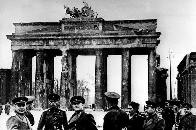 Маршал Георгий Жуков у Бранденбургских ворот в Берлине. Май 1945 года.