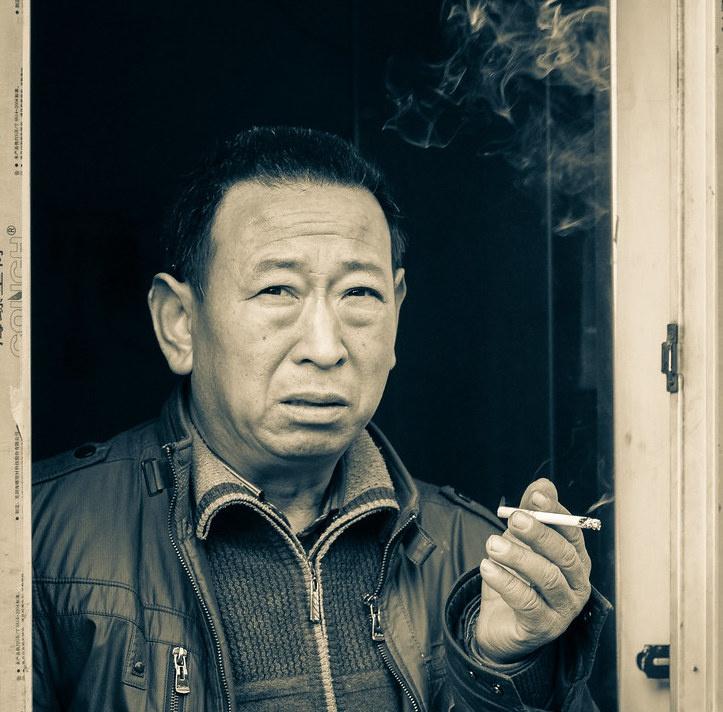 В Китае курит почти треть населения.