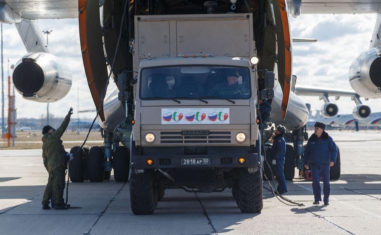 Россия смогла оказать действенную помощь Италии и Сербии в борьбе с коронавирусом, направив военных специалистов и технику в эти страны.