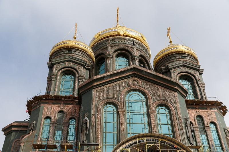 Диаметр основания центрального купола - 19 метров 45 сантиметров (символизирует год Победы). Высота колокольни - 75 метров (годовщина Победы, в которую построен храм).