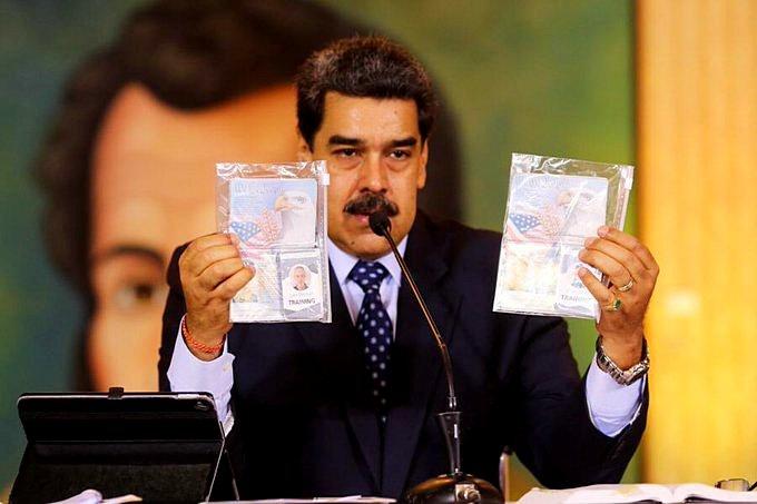Мадуро показывает документы задержанных американцев, демонстрируя всему миру агрессивный и даже террористический характер политики США.
