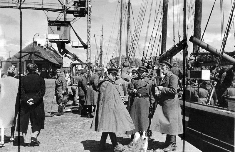 132-й стрелковый корпус 19-й армии под командованием генерал-майора Ф.Ф. Корoткова совершил высадку на остров с кораблей Балтийского флота.