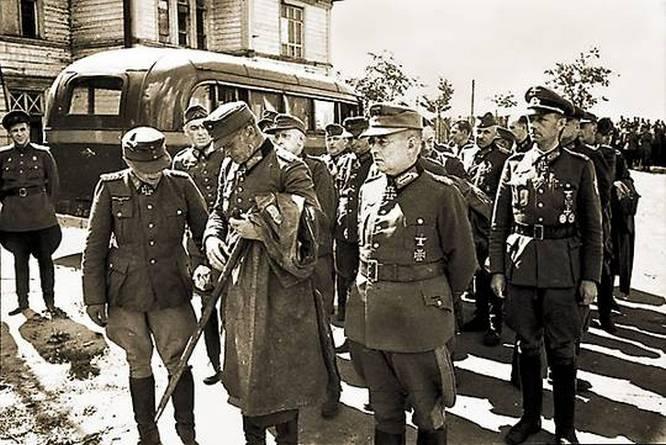 Комендант острова генерал Вутман (на фото второй справа) без боя сдал Борнхольм Красной Армии.