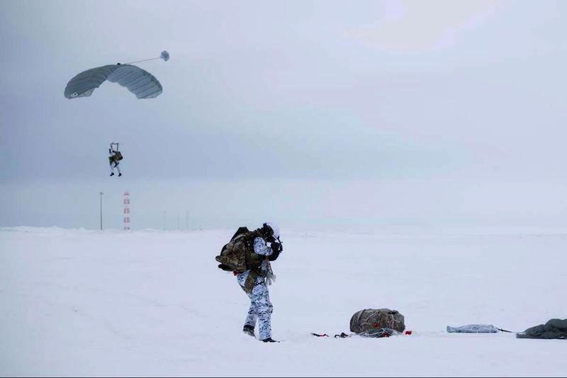 Состоялось масштабное десантирование наших военных парашютистов на Земле Франца-Иосифа.