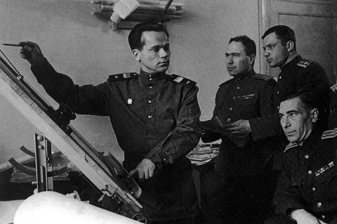 Михаил Калашников в конструкторском бюро на оружейном заводе в Ижевске.