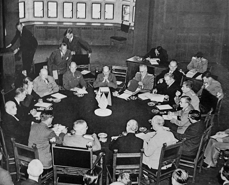 Делегации союзников за столом переговоров на Потсдамской конференции.