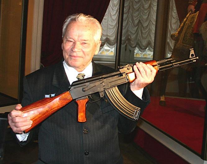 Михаил Калашников со своим автоматом.