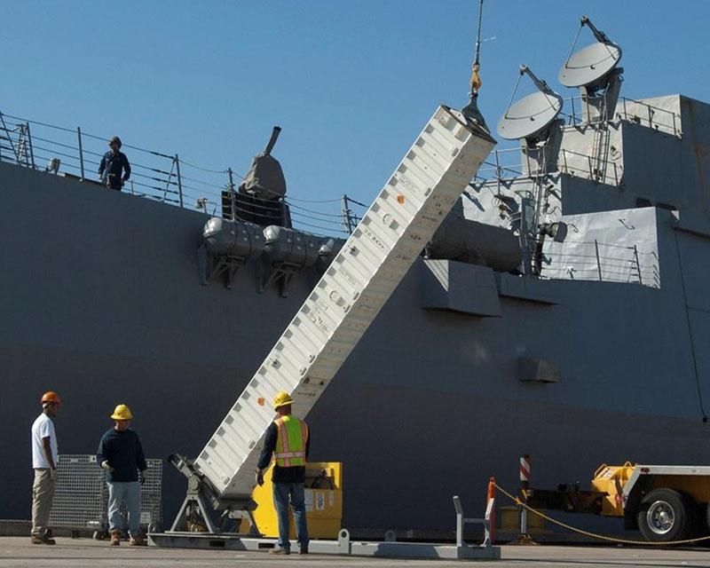 Погрузка ракетных контейнеров MK-41 для отправки в Европу.
