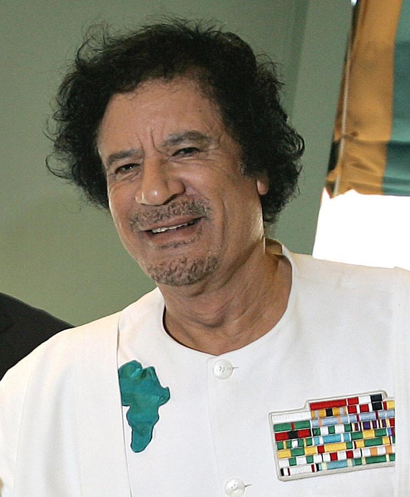 Глава Джамахирии щедро делился с другими странами доходами от реализации баснословных нефтяных богатств своей страны.