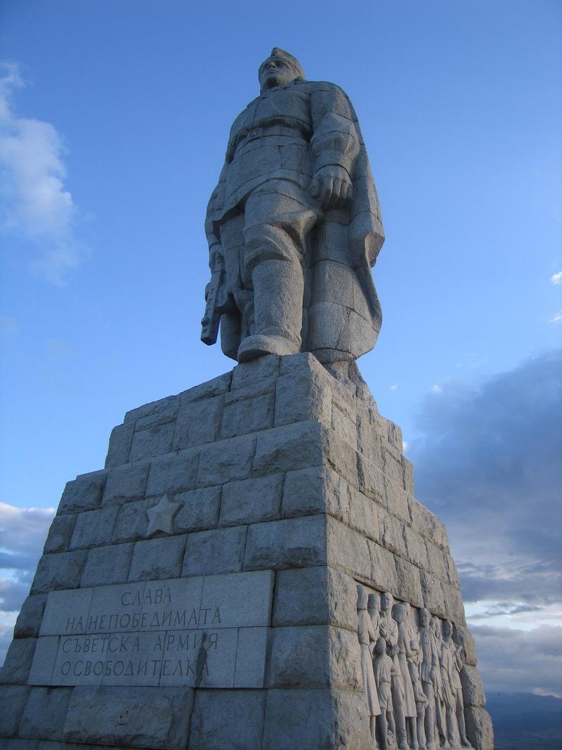 В этом году солдатский каменный исполин встретит свою очередную годовщину с той же гордо поднятой головой.