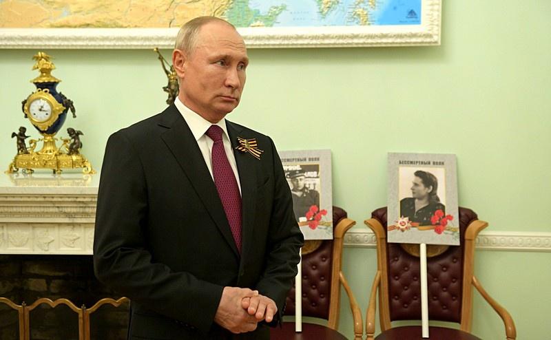 Президент Владимир Путин заявил, что как только появится возможность провести Парад Победы без риска для здоровья людей, то Россия воспользуется ей. То же самое касается и «Бессмертного Полка».