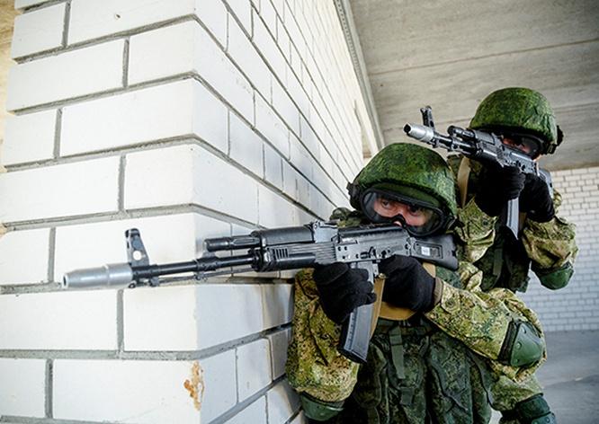 Разведчики Таманской провели занятия по тактической стрельбе из-за укрытий и штурму зданий боевыми тройками с поддержкой снайперских пар.