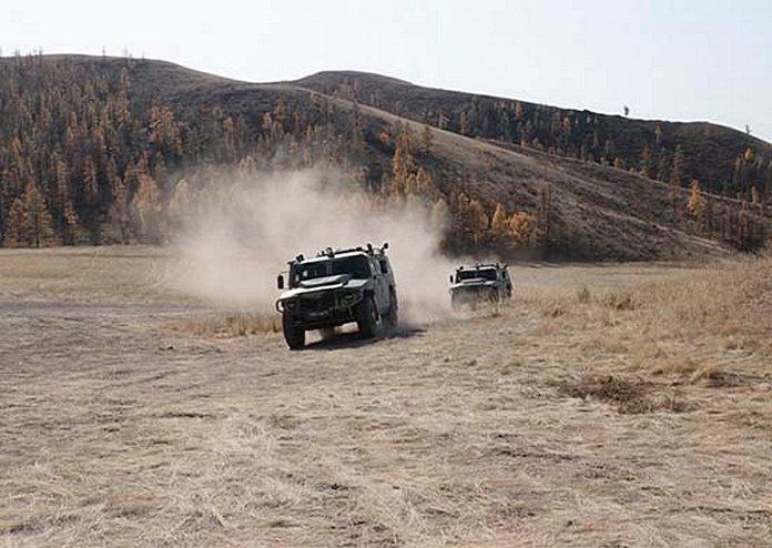 В Сибири экстремальному вождению на бронированной колёсной технике поучились военнослужащие соединения специального назначения Центрального военного округа.