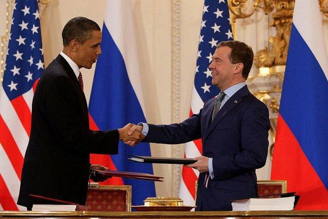 Двусторонний договор между Россией и Соединёнными Штатами СНВ-3 был подписан президентами Дмитрием Медведевым и Бараком Обамой 8 апреля 2010 года в Праге и вступил в силу 5 февраля 2011 года.