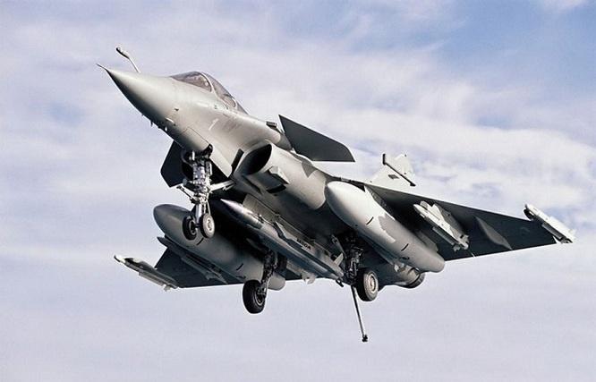 Французский многоцелевой истребитель Rafale M c ядерной крылатой ракетой ASMP-A.