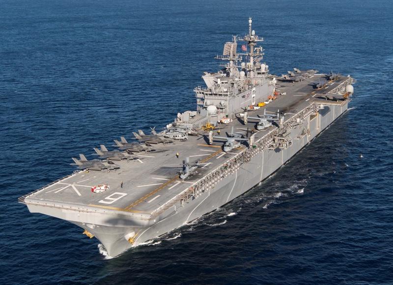 Универсальный десантный корабль USS America (LHA-6).