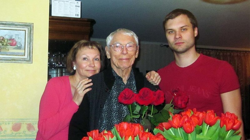 Александр Зацепин с дочерью и внуком.
