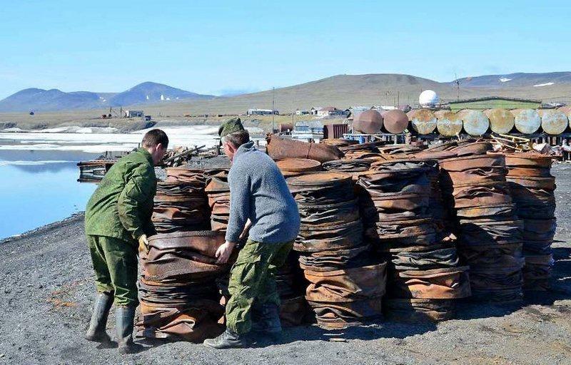 Североморцы вывезли на утилизацию с территории ряда арктических островов уже более 3.000 тонн металлолома.