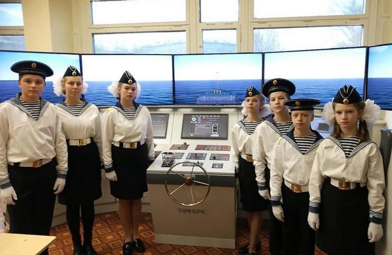 В клубах юных моряков и юношеских центрах многие начинают путь в моря и океаны.