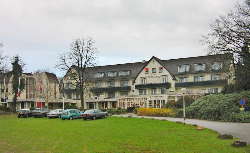 В мае 1954 года состоялось первое заседание группы в отеле «Бильдерберг» что в голландском городке Остербек.