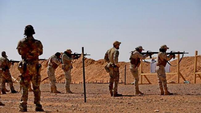 Стрелковая подготовка террористов под присмотром американских военных на базе Эт-Танф.