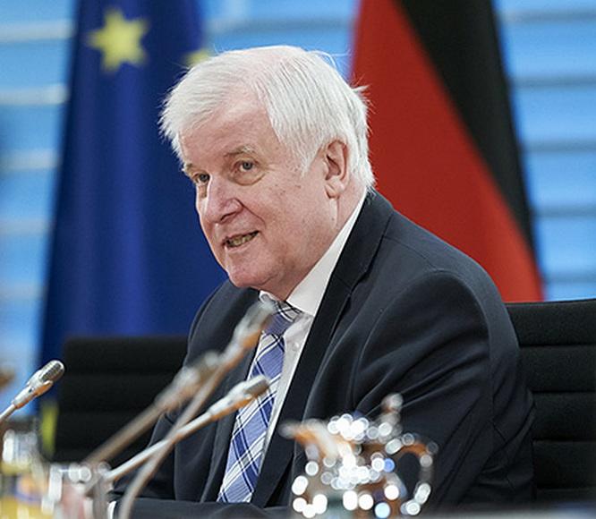 Министр внутренних дел ФРГ Хорст Зеехофер заявил: «Мы должны быть счастливы, что в подобной ситуации нашей страной руководит такой канцлер».