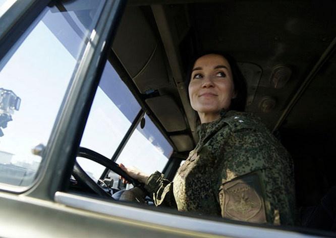 Экстремальное вождение в самых сложных условиях освоили и военнослужащие-женщины.