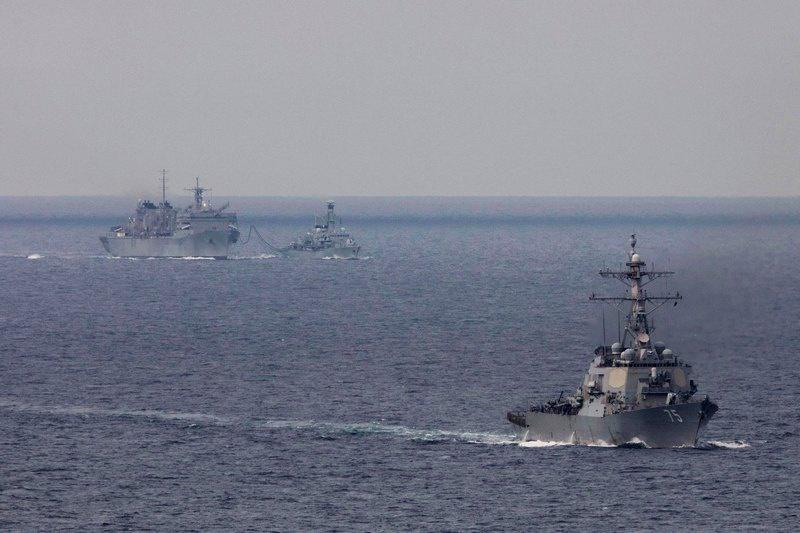 Ракетный эсминец USS Donald Cook (CVN 75), фрегат HMS Kent (F78) и корабль поддержки USNS Supply (T-AOE-6) во время учений за полярным кругом.