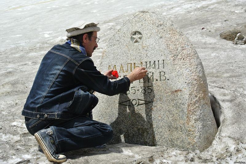 Памятник Сергею Мальцину на перевале Саланг.