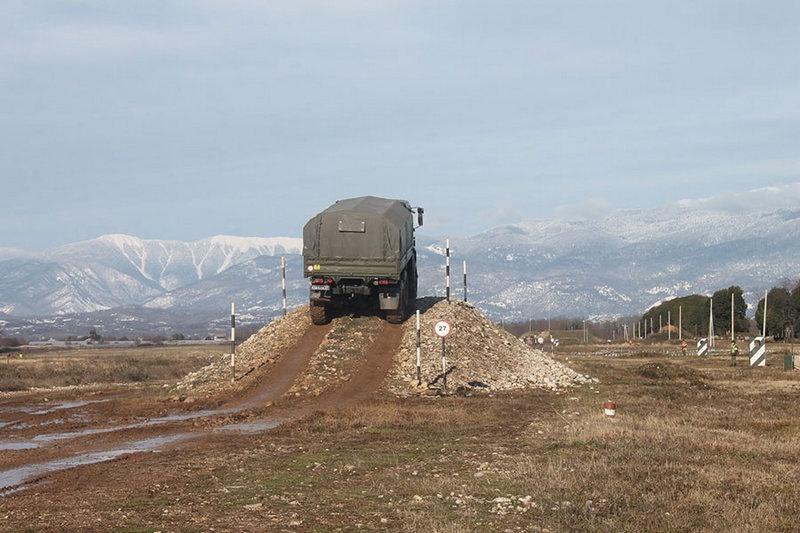 Особенности управления различных образцов колёсной техники в экстремальных условиях постоянно отрабатывают водители российской военной базы в Абхазии.
