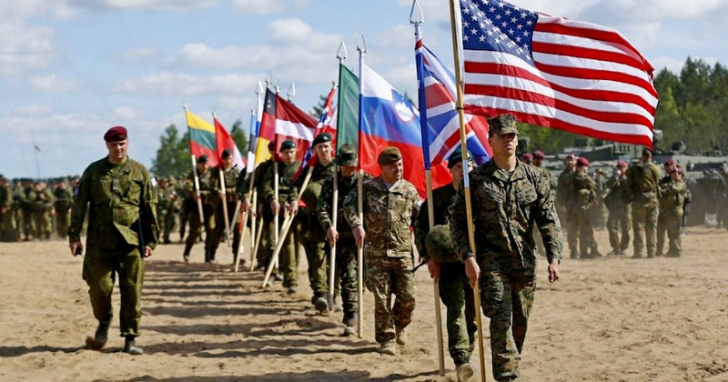 НАТО почему-то проводит мероприятия сдерживания у границ России.