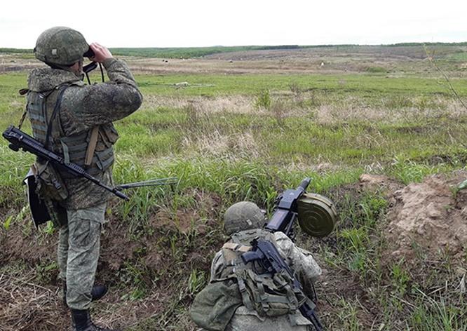 Военнослужащие отработали стрельбу по движущимся и появляющимся целям на различной дальности с обязательной сменой огневой позиции.