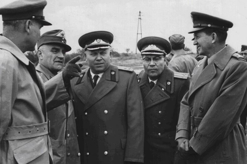 Советский военный атташе в Австрии полковник Т. Маковский (третий слева) и его старший помощник подполковник В. Бочкарёв (четвёртый слева) на австро-венгерской границе. 1956 год.