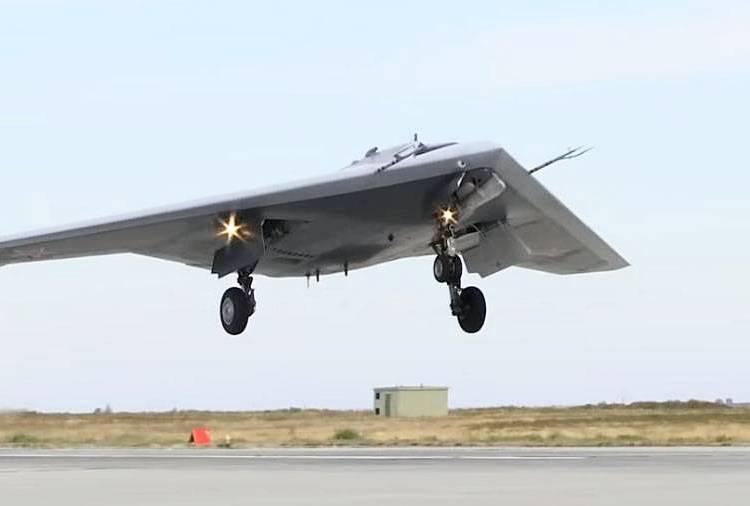 Тяжёлый ударный беспилотный бомбардировщик С-70 «Охотник».