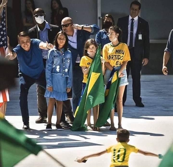 Президент Бразилии Жаир Болсонару высмеивал меры предосторожности, общался с людьми на улице и делал с ними совместные сэлфи.