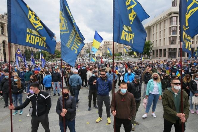Участники акции против президента Украины Владимира Зеленского на площади Независимости в Киеве.