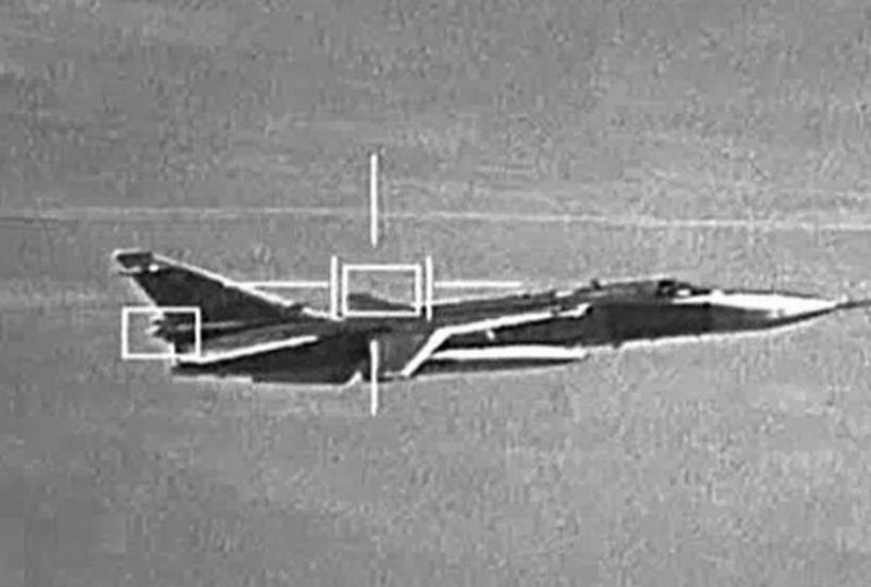 Представленный снимок боевого самолёта в полёте.