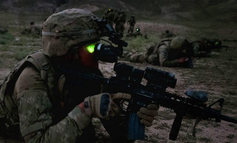 Портативное устройство для генерирования тока необходимо солдату в зоне боевых действий для подзарядки прибора ночного видения.