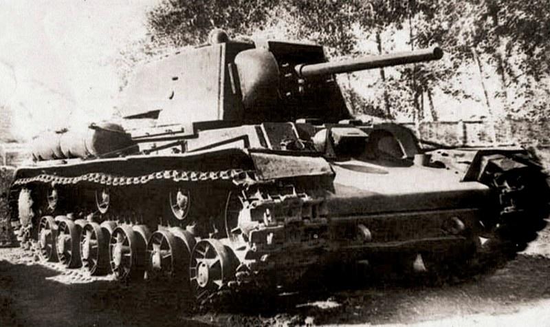 Тяжёлый огнемётный танк КВ-8.