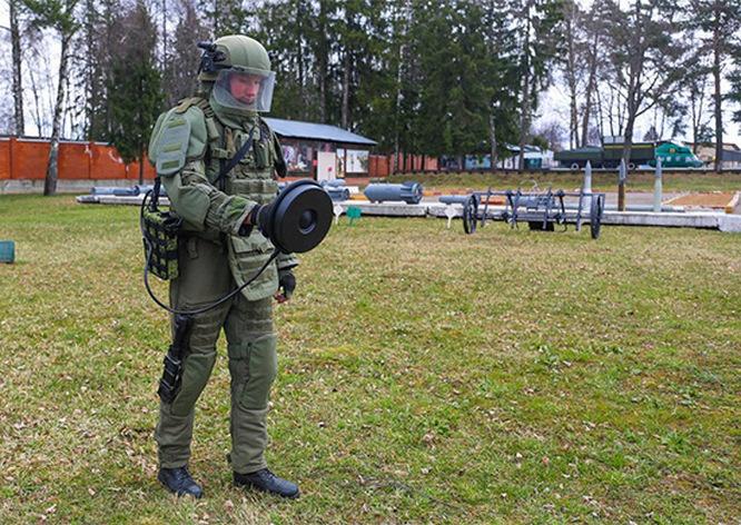 Современная экипировка: защитный костюм ОРВ-3Ш с бронезащитой 6-го класса.
