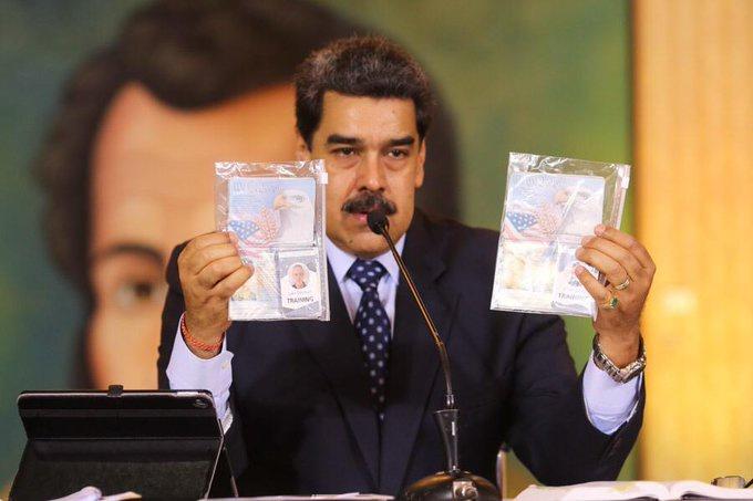 Президент Николас Мадуро показывает документы задержанных американцев Аарона Берри и Люка Денмана.