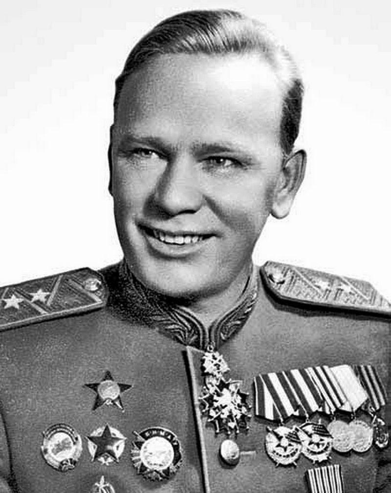 Фитин удостоен двух орденов Красного Знамени, ордена Красной Звезды, нагрудного знака «Заслуженный работник НКВД», медалей, высших наград иностранных государств, звания генерал-лейтенант.